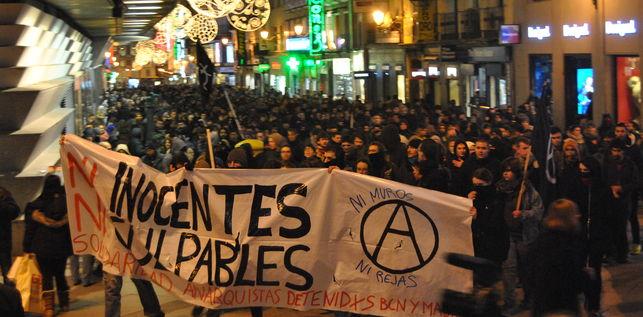"""Manifestation de solidarité à Madrid le 16 décembre : """"Ni innocents, ni coupables / Solidarité avec les anarchistes arrêté-e-s à Barcelone et à Madrid / Ni murs, ni grilles"""""""